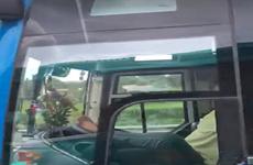 Xử lý nghiêm tài xế điều khiển xe khách bằng chân trên đường cao tốc