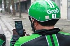 Xử lý nghiêm tài xế GrabBike dùng điện thoại khi đang lái xe
