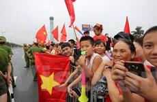 Người dân đứng suốt dọc đường sân bay để chờ tuyển Olympic Việt Nam