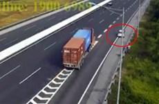 Đề nghị xử lý nghiêm xe ôtô đi lùi ngược chiều trên đường cao tốc