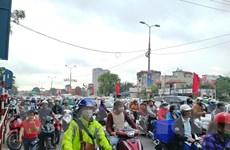 Người dân ùn ùn đổ về Thủ đô, các cửa ngõ ùn tắc cục bộ sau nghỉ Tết