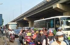 Người dân ùn ùn về Thủ đô sau nghỉ lễ làm đường phố tắc nghẽn