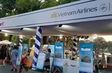 Hành khách sở hữu nhiều vé bay giá rẻ tại phố đi bộ hồ Hoàn Kiếm