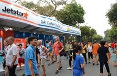 Hành khách có cơ hội mua vé bay giá rẻ tại phố đi bộ Hồ Hoàn Kiếm