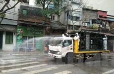 Phun thuốc tiêu độc khử trùng khu phố có người nhiễm COVID-19 ở Hà Nội