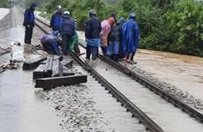 Đường sắt Bắc-Nam lại bị chia cắt vì mưa lũ lớn ở miền Trung
