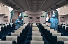 Phun khử trùng tàu bay chở khách quốc tế nhập cảnh để chống COVID-19