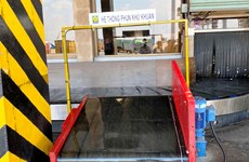 Sân bay Tân Sơn Nhất khử khuẩn hành lý của khách để chống COVID-19