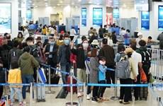 Hàng không tăng cường giám sát khách đeo khẩu trang ở sân bay
