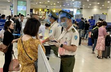 Khách tố dung dịch sát khuẩn là nước lã, sân bay Nội Bài nói gì?
