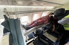 Lắp cáng trên máy bay đưa hành khách đặc biệt từ Côn Đảo về đất liền