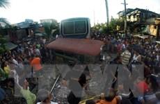 [Photo] Philippines: Tàu hỏa đâm xe khách, 7 người thương vong