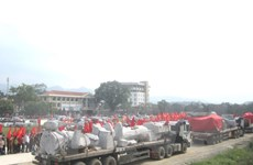 Các đồng bào dân tộc tỉnh Tuyên Quang long trọng đón tượng Bác Hồ