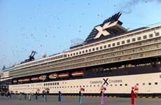 Tàu Celebrity Century đưa 2.500 khách quốc tế cập cảng Chân Mây