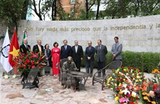 Dâng hoa kỷ niệm 125 năm ngày sinh Chủ tịch Hồ Chí Minh tại Mexico