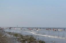Nhếch nhác rác thải trôi dạt ở bãi biển đẹp nhất Thái Bình