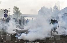 Cảnh sát chống bạo động Slovenia bắn hơi cay vào người di cư