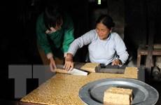 """Người """"giữ lửa"""" nghề làm bánh cổ truyền của dân tộc Giáy"""
