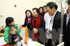 Phó Chủ tịch nước tặng quà Tết cho người nghèo và bệnh nhi K