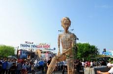 Festival Huế 2016: Chú rối khổng lồ 7,5m dạo bước trên phố