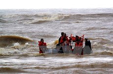 [Video] Tìm thấy 4 thuyền viên bị sóng biển cuốn trôi tại Quảng Bình