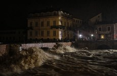 Người dân Tây Bắc Italy hoảng sợ vì nước sông Tanaro tràn bờ