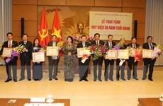 Trao tặng Huy hiệu 30 năm tuổi Đảng cho các vị lãnh đạo cao cấp