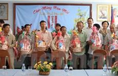 Trao tặng 150 suất quà cho bà con Việt kiều nghèo tại Campuchia