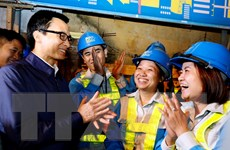 Phó Thủ tướng chúc Tết các y bác sỹ và công nhân môi trường