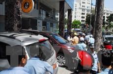 TP.HCM: Phá tường Bộ Công Thương, cẩu ôtô biển xanh chiếm vỉa hè