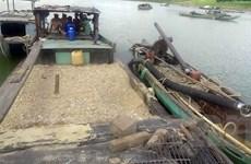 Bắt quả tang nhiều vụ khai thác cát sỏi trái phép trên sông Thu Bồn