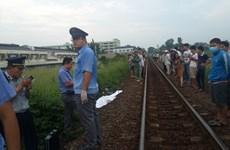 Đứng giữa đường ray khi đoàn tàu lao tới, nam thanh niên chết thảm