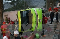 Xe buýt 2 tầng lật nhào khi đổ dốc khiến hơn 30 người thương vong