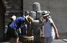 Các đài phun nước nổi tiếng ở Vatican khô kiệt trong nắng hạn