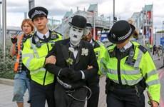 Cảnh sát Anh bắt hơn 100 người phản đối hội chợ vũ khí tại London