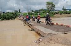 Lâm Đồng: Thêm một người rơi xuống sông nguy kịch vì cầu xuống cấp