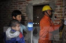 Lắp đặt điện và thay bóng đèn miễn phí cho các gia đình chính sách