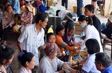 Thủ tướng tặng quà các gia đình Việt kiều Campuchia khó khăn