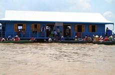 Trường học nổi cho con em Việt kiều trên Biển Hồ tại Campuchia