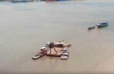 [Video] Chìm sà lan trên sông Sài Gòn, 3 người được cứu thoát