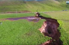 """[Video] Siêu hố """"tử thần"""" New Zealand lộ trầm tích 60.000 năm"""