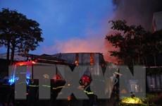 TP. Hồ Chí Minh: Hỏa hoạn nhấn chìm công ty giấy trong biển lửa