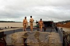 Bắt quả tang tàu trọng tải lớn hút cát trái phép trên sông Hồng