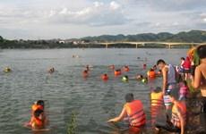 Khúc sông Đà đoạn qua thành phố Hòa Bình thành bãi tắm ngày Hè