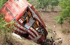Xe buýt chở nhân viên trường đại học lao xuống vực, 33 người chết