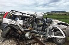 [Video] Ôtô 7 chỗ nát bét sau cú đâm trực diện của tàu hỏa