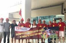 Cổ động viên Việt Nam tạo thành làn sóng đỏ rực sân bay Jakarta