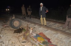 Tàu hỏa đâm vào xe lam chở khách, ít nhất 16 người thương vong