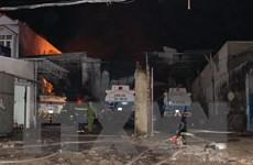 [Photo] Bãi đỗ xe bồn chở xăng bốc cháy dữ dội trong đêm