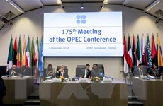 Giá dầu giảm gần 3% sau khi OPEC khiên cưỡng nhất trí giảm sản lượng